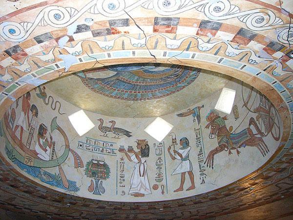 Художественная роспись потолка и колонн в египетском стиле.