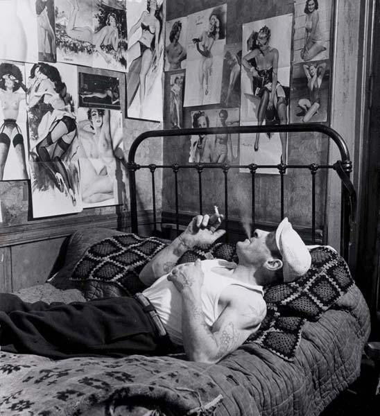 мужчина кровать